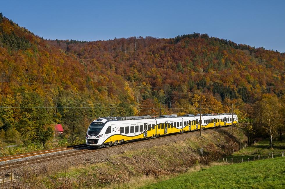 Pociąg Kolei Dolnośląskiej w trasie