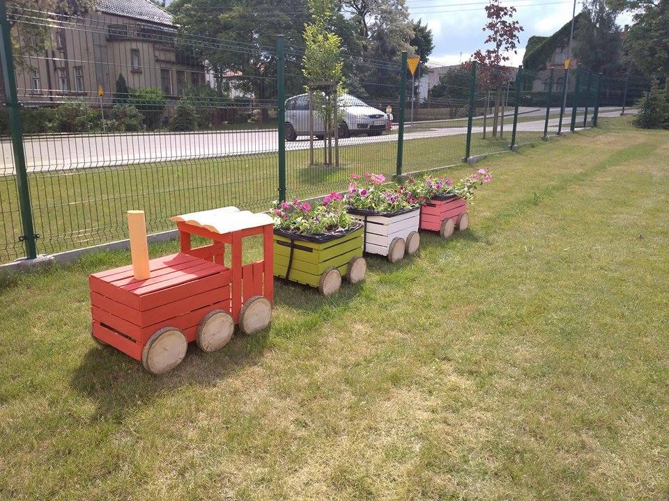 widok doniczek w przedszkolnym ogrodzie